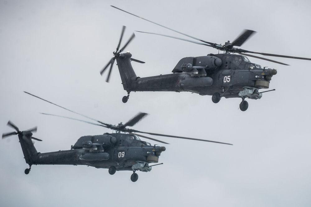 Helicóteros Mi-28 'Caçador Noturno' no aerodrómo de Kubinka