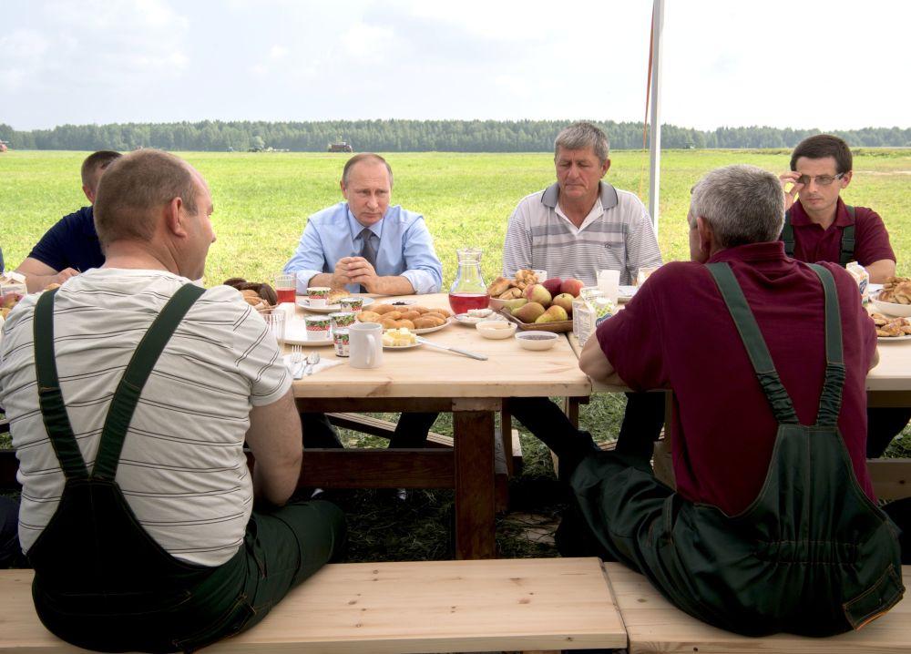 Líder russo Vladimir Putin fala aos trabalhadores durante uma visita à empresa agrária Dmitrova Gora na região de Tver, Rússia