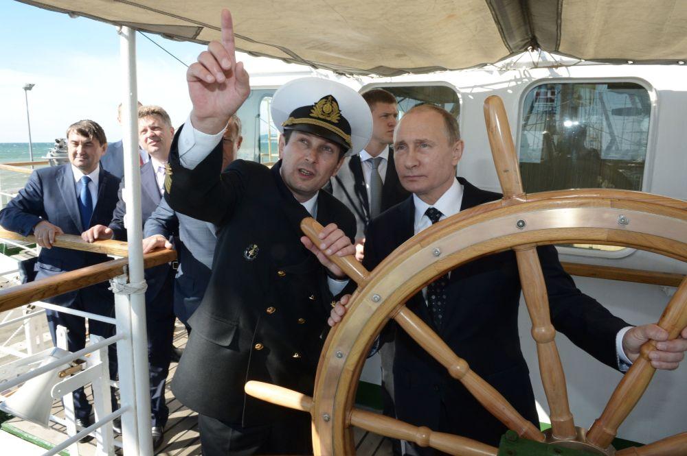 Líder russo Vladimir Putin a bordo de navio Nadezhda em Sochi, Rússia