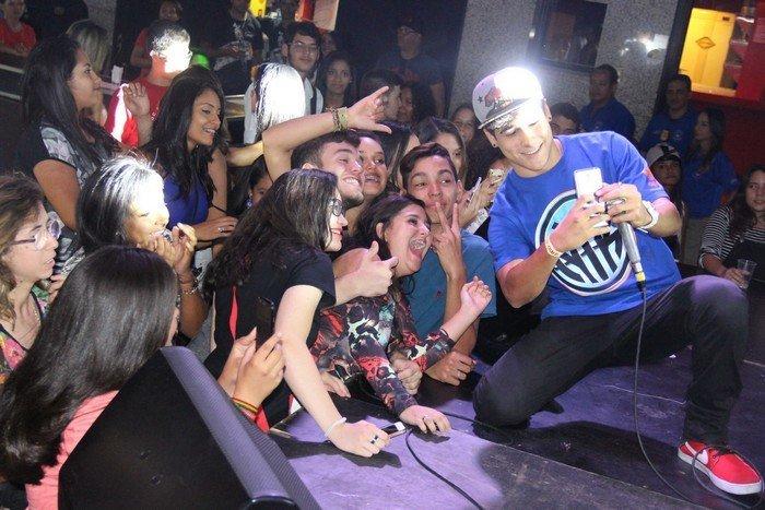 MC Milk atendendo os fãs