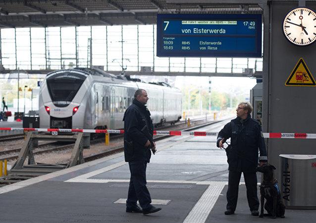 Policiais realizam operação na estação de trem de Chemnitz