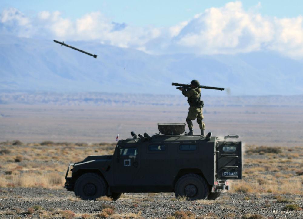 Sistema de defesa antiaérea portátil Igla é disparado a partir de um veículo blindado Tigr no âmbito dos exercícios táticos Rubezh 2016