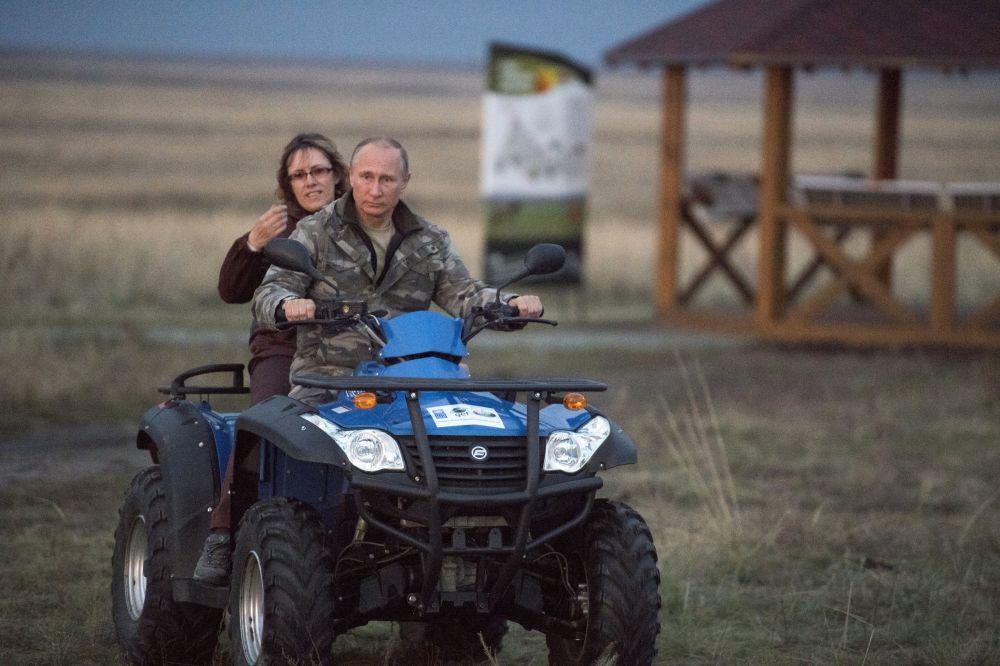 Em 3 de outubro, Vladimir Putin visitou a região de Orenburg, onde liberou seis cavalos de Przhevalsy, uma raça em perigo de extinção