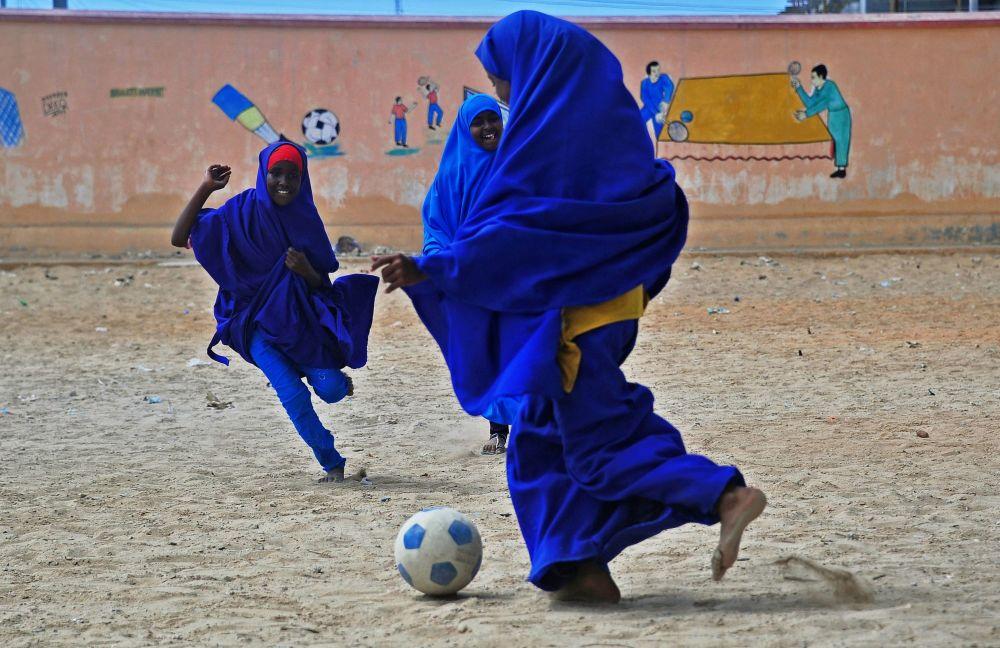 Alunas somalis jogam futebol durante o intervalo