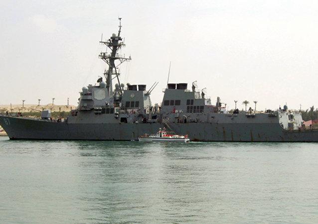 Destroier norte-americano USS Mason atravessa o canal de Suez perto da cidade portuária Ismailia, Egito, 2011 (foto de arquivo)