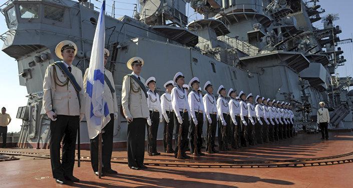 Marinheiros do cruzador de mísseis pesado russo Pyotr Veliky durante a estadia do navio no porto de Tartus, Síria (foto de arquivo)