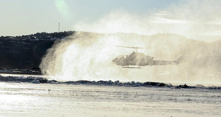 Helicóptero AH-1W Super Cobra dos EUA perto da base militar norueguesa Vaernes, 22 de fevereiro de 2016