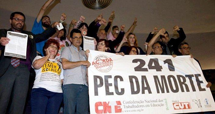 Manifestantes protestando contra a PEC 241 nas galerias da Câmara