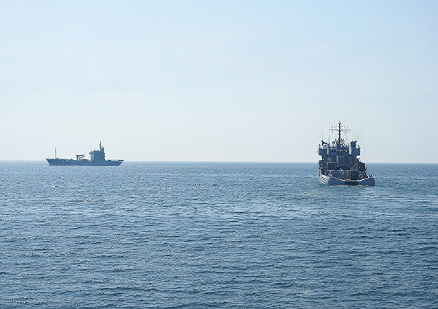 Navio de reabastecimento Elbe A511 da Marinha da Alemanha durante exercícios com o navio de apoio Valkyrien A535 da Marinha da Noruega (arquivo)
