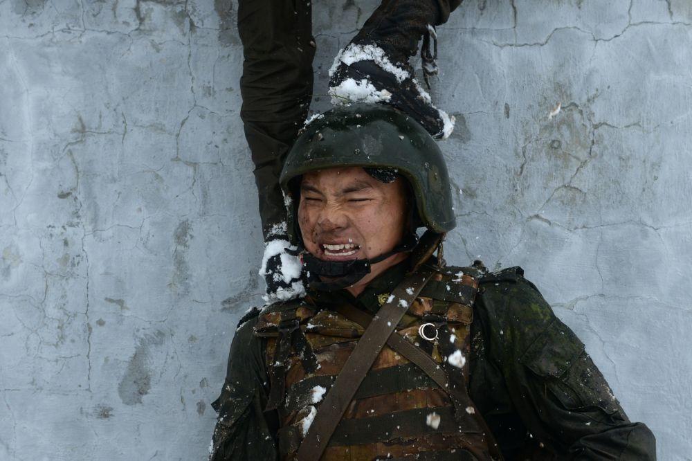 Militares da Guarda Nacional da Rússia durante as provas de qualificação para obtenção de distintivos