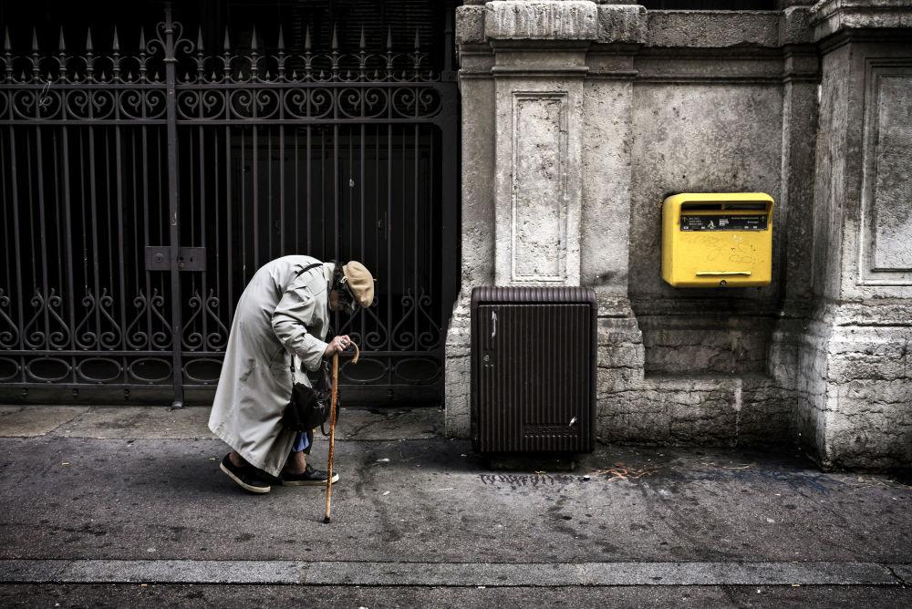 Mulher idosa em uma rua da cidade francesa de Lyon, França