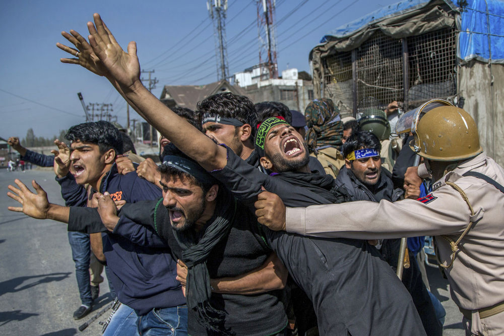Confrontos entre muçulmanos xiitas e a polícia na região de Caxemira