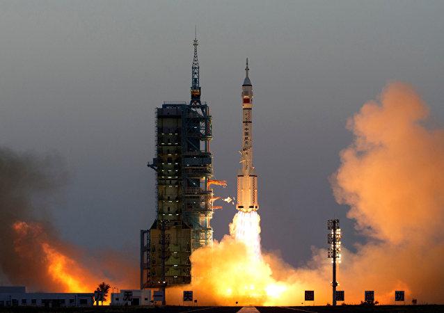 A nave espacial Shenzhou-11 com astronautas Jing Haipeng e Chen Dong sai de launchpad em Jiuquan, China
