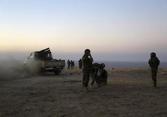 Uma unidade de peshmerga (aqueles que olham a morte na cara, em tradução literal: formações militares iraquianas compostas por curdos do Iraque) se preparam para um combate contra o Daesh em Khazer, a 30 km ao leste de Mossul, em 17 de outubro de 2016