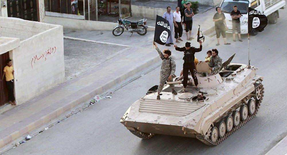 Militantes terroristas desfilam pelas ruas de Raqqa (arquivo)
