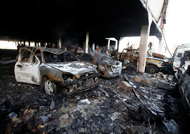 Pessoas no local do ataque aéreo realizado contra funeral na capital iemenita Sanaa, 8 de outubro de 2016