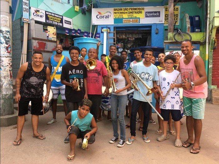 Alunos da escola de música Spanta Nenén retratados pela fotógrafa Elana Paulino, no Morro Santa Marta, em Botafogo, na Zona Sul carioca
