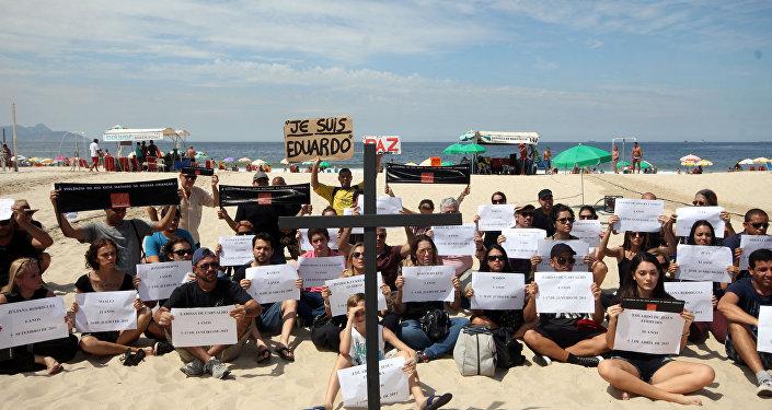 Protesto contra assassinato de Eduardo de Jesús Ferreira em Copacabana