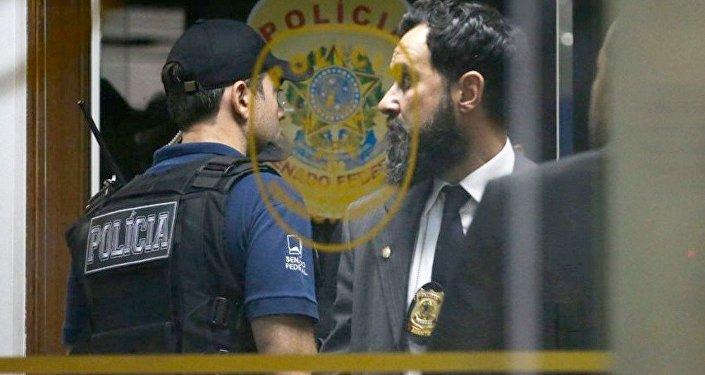 Polícia Federal durante a operação, que prendeu 4 policiais legislativos suspeitos atrapalhar a Lava Jato