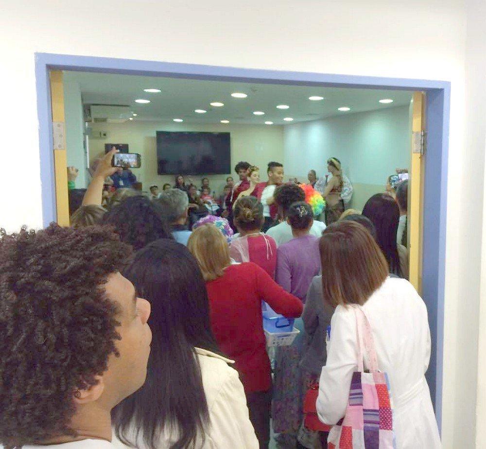 O espetáculo de dança é encenado na frente de pacientes, familiares, médicos e funcionários