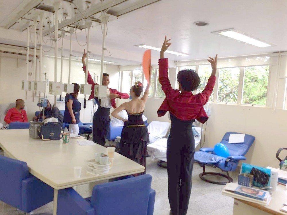 Bailarinos da Cia Cisne Negro dançam O Quebra Nozes