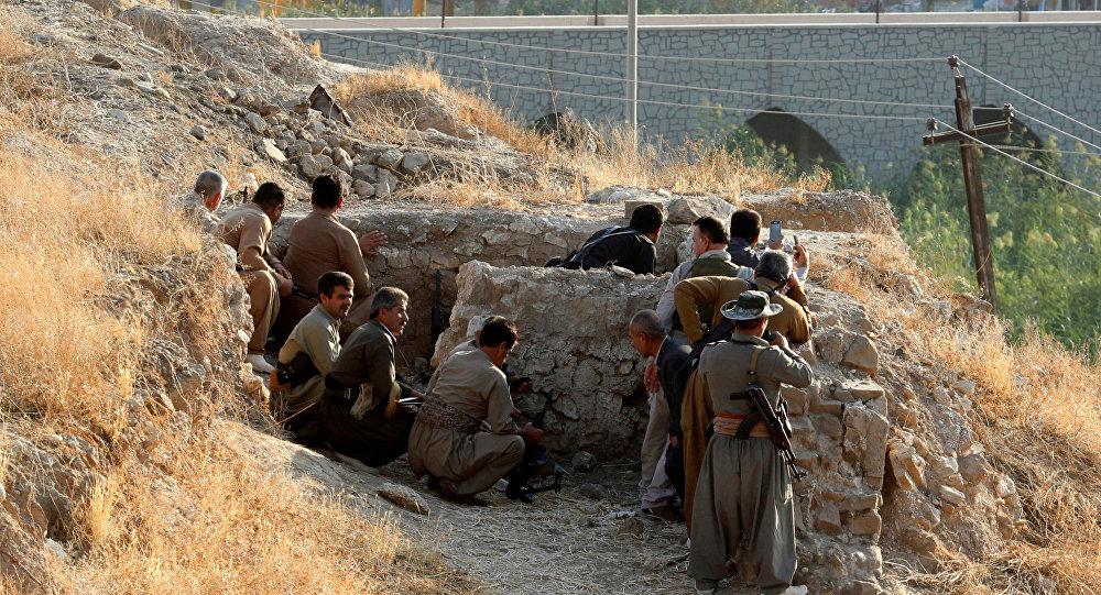 Forças curdas em abrigo após o ataque do grupo terrorista Daesh, 21 de outubro de 2016
