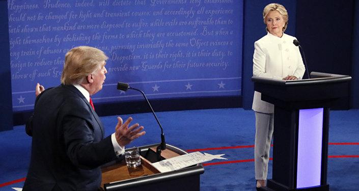 Presidenciável do Partido Democrata Hillary Clinton e o candidato do Partido Republicano Donald Trump durante os terceiros debates em Las Vegas, EUA