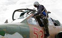 Piloto entra na caças Su-25 na base aérea Hmeymim (foto de arquivo)