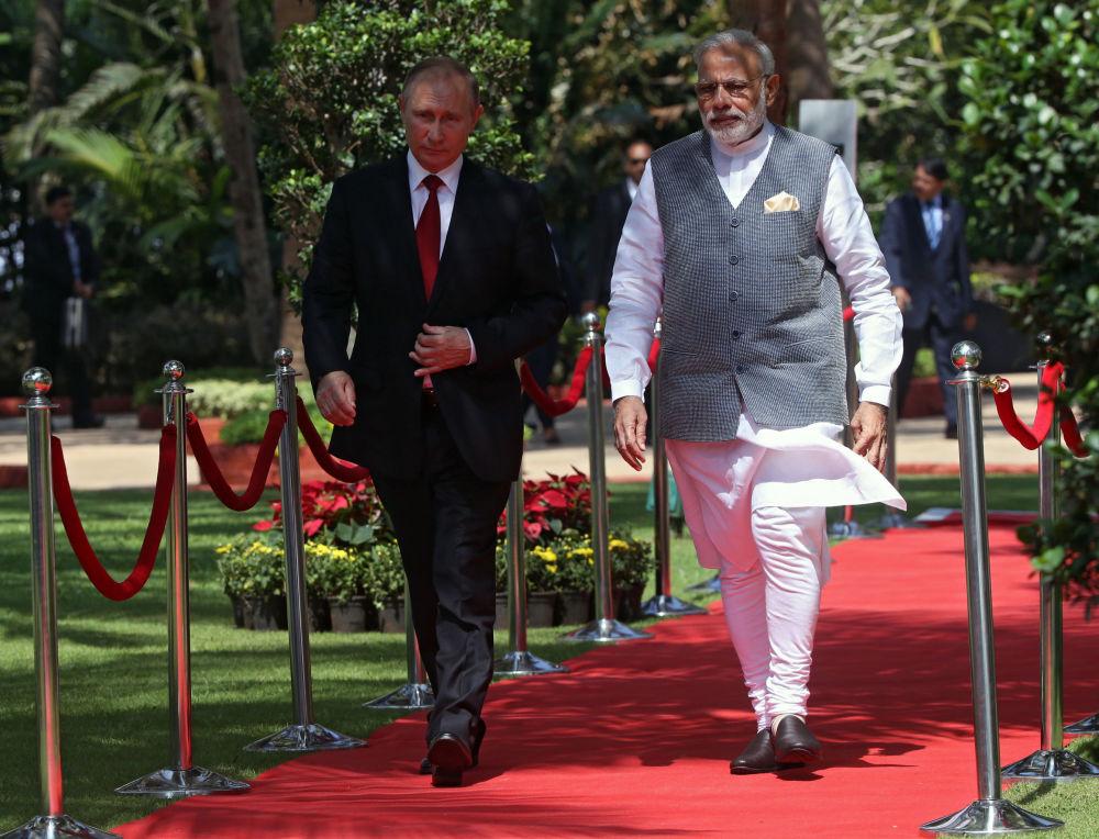 Presidente russo Vladimir Putin e o premiê da Índia Narendra Modi durante oitava cúpula do BRICS, hotel Taj Exotica, Goa