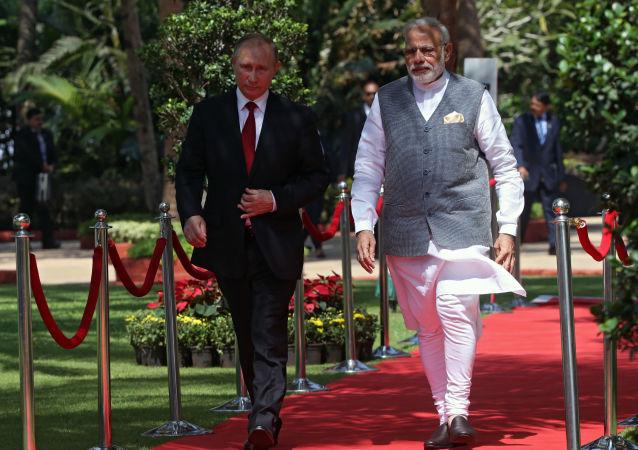 O presidente russo, Vladimir Putin, e o premier da Índia, Narendra Modi, durante a oitava cúpula do BRICS, no hotel Taj Exotica, em Goa