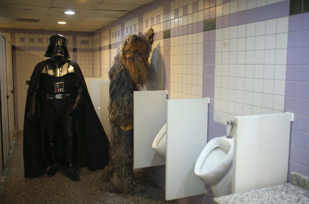 Participantes do festival de cinema em Antália vestidos como Darth Vader e Chewbacca, flagrados em um banheiro, 17 de outubro de 2016