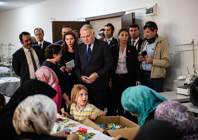 Chanceler francês Jean-Marc Ayrault visita campo de refugiados no sudeste da Turquia