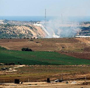 Fumo de míssil lançado pelo Israel à Faixa de Gaza em represália ao ataque proveniente do enclave palestino, 5 de outubro de 2016