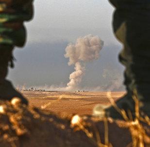 Combatentes curdos peshmerga observam região próxima a Bashiqa, a 25 km de Mossul, no Iraque (arquivo)