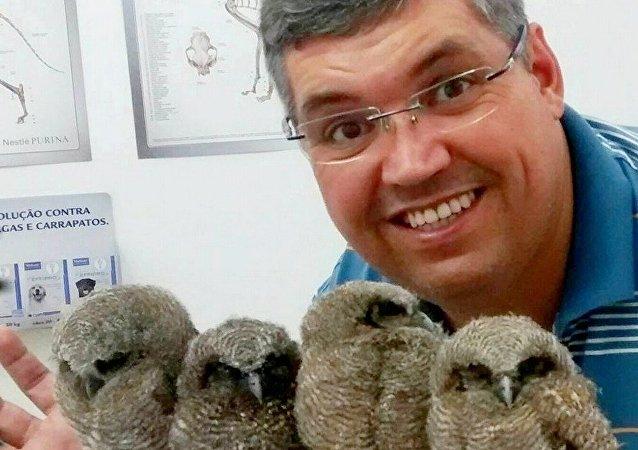 Veterinário Jefferson Leite com corujinhas-do-mato resgatadas em Mogi das Cruzes