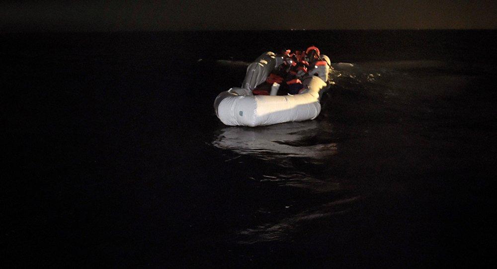 Refugiados e imigrantes esperam para serem resgatados em seu barco de borracha no Mediterrâneo