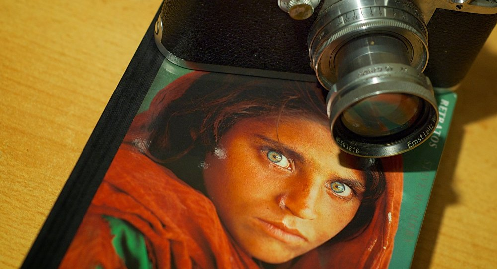 Câmera e o retrato da famosa menina afegã por Steve McCurry