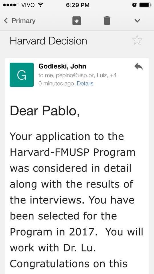 O e-mail da Universidade de Harvard parabeniza o estudante por ter passado no processo seletivo para o intercâmbio em 2017.