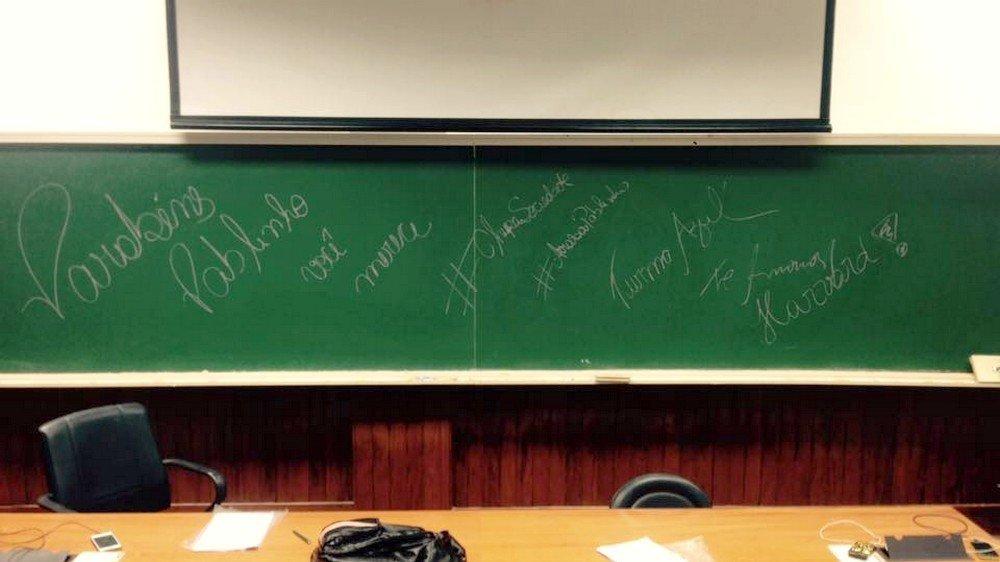 Colegas da USP parabenizam Pablo com uma mensagem no quadro pela conquista do intercâmbio em Harvard