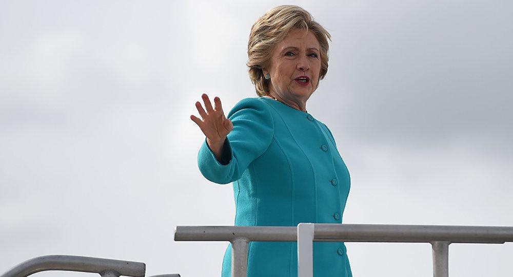 Presidenciável democrata Hillary Clinton no aeroporto internacional de Maiami, EUA