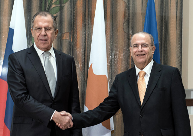 O ministro russo das Relações Exteriores, Sergei Lavrov, com o chanceler do Chipre, Ioannis Kasoulides, em Nicósia