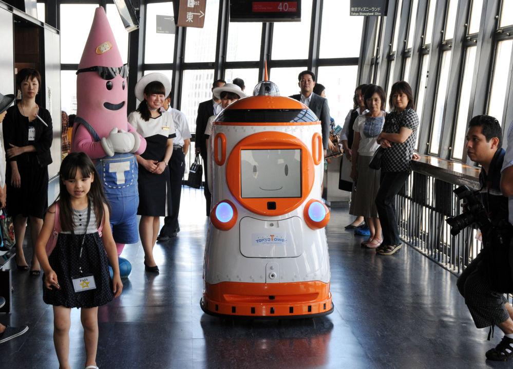 Robô guia Tawabo criado pela japonesa Alsok, fotografado em Tóquio no dia 1° de agosto de 2012 durante uma excursão pela Torre de Tóquio. Tawabo fala inglês, chinês, coreano e japonês