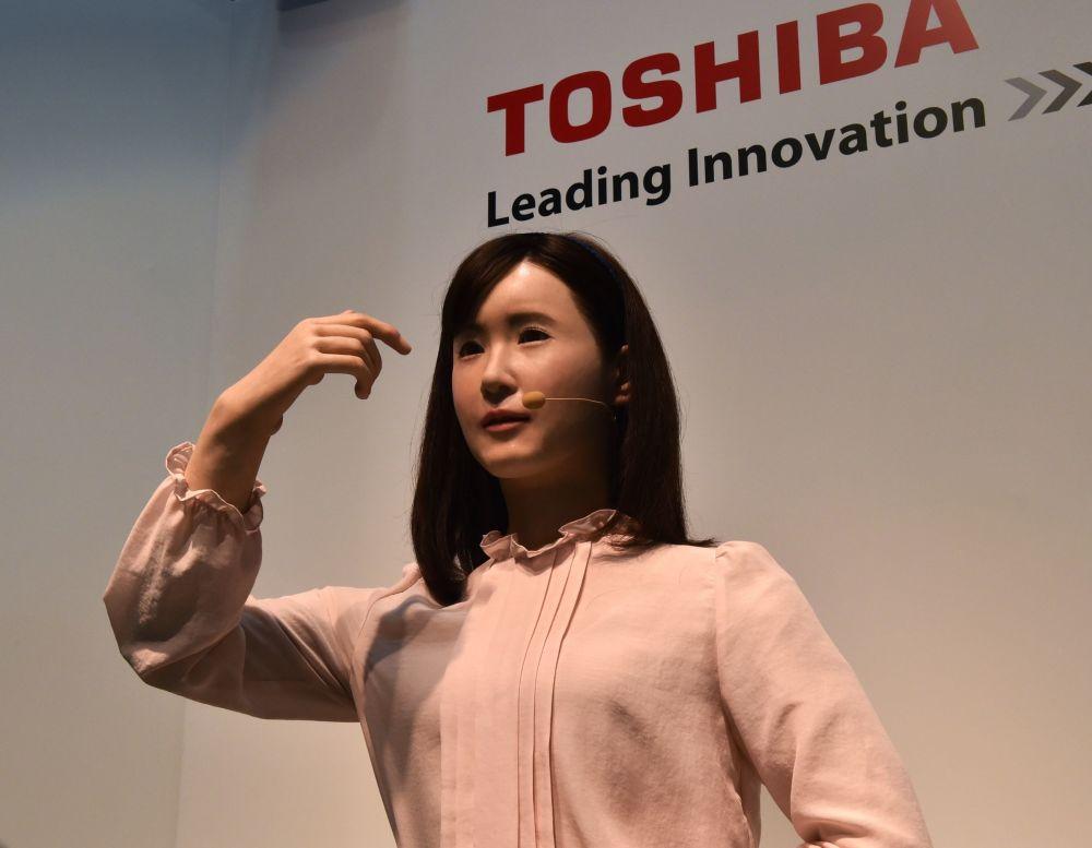 Robô humanoide Aiko Chihira mostra sua capacidade no uso de linguagem gestual. A criação da gigante empresa Toshiba foi exposta em Chiba, subúrbio de Tóquio, em 7 de outubro de 2014