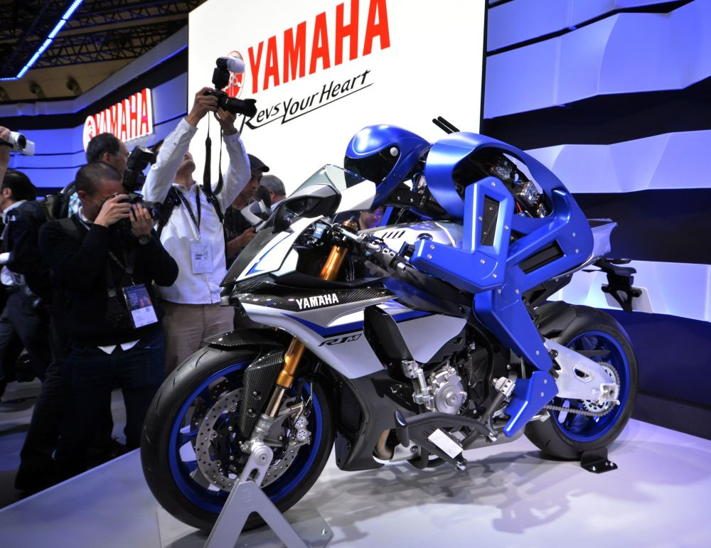 Empresa fabricante de motos Yamaha Motor introduz o seu modelo prototipo de robô que pilota moto. Ele se chama Motobot. 28 de outubro, 2015.