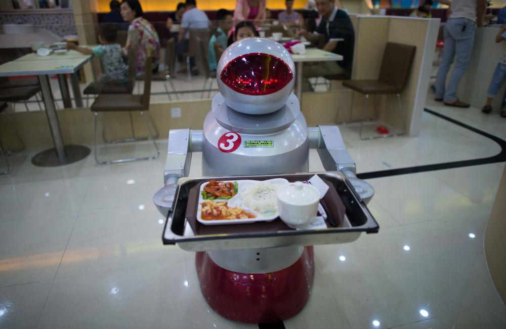 A foto tirada em 13 de augosto de 2014 mostra o robô que atende clientes em restaurante em Kunshan (China)