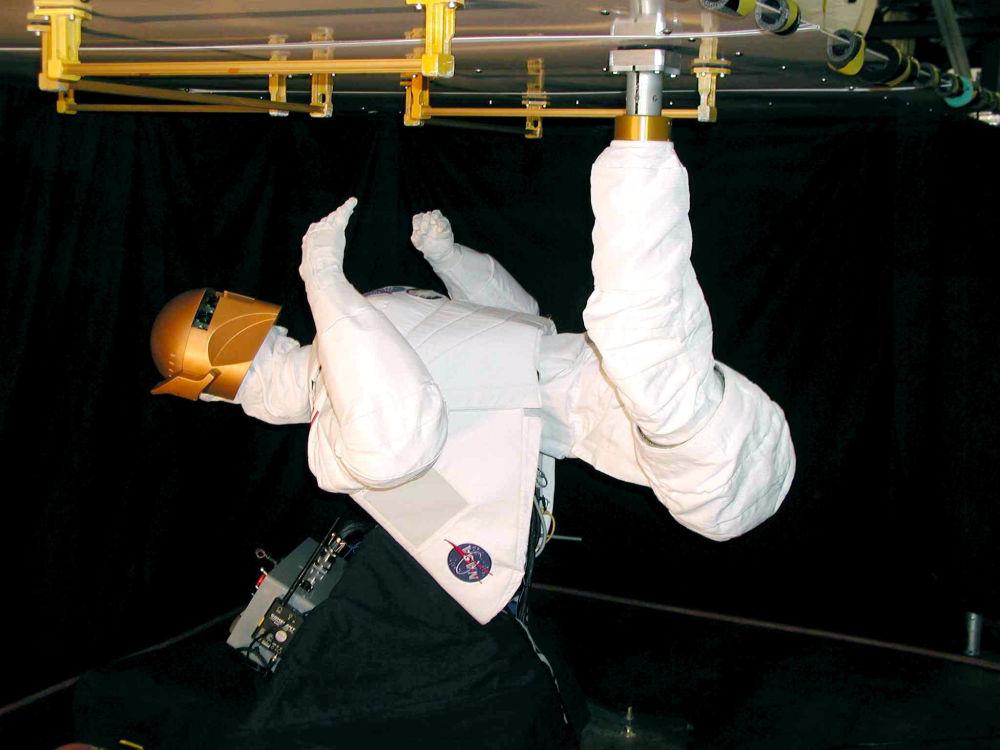 Robô com aparência humana criado pela NASA e pela General Motors é chamado Robonaut B que é controlado à distância