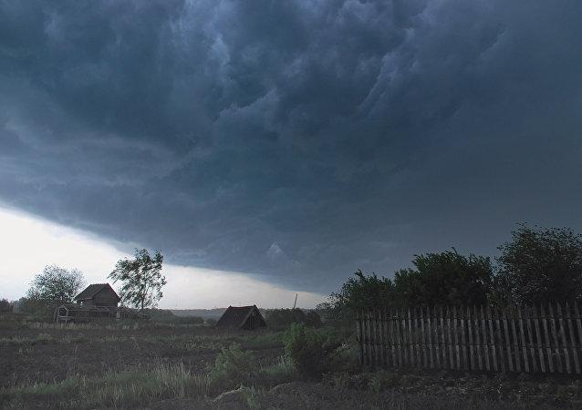 Uma paisagem russa durante uma tempestade (foto de arquivo)