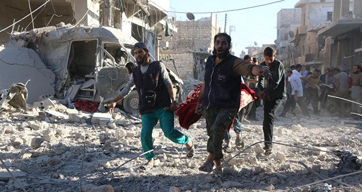 Imagem do arquivo para demonstração: Voluntários sírios carregam um ferido em Aleppo