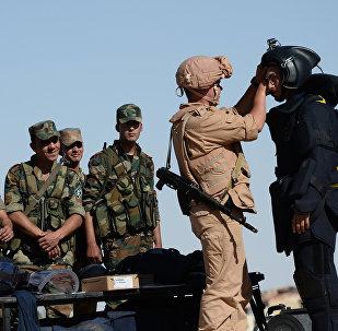 Militares sírios treinando para usar explosivos