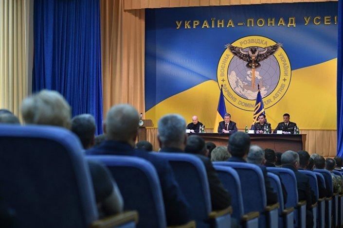 Pyotr Poroshenko se apresenta na tribuna tendo como fundo o novo emblema da inteligência militar ucraniana